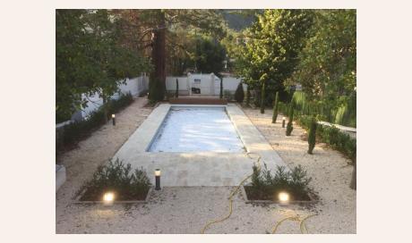 Electricien Quillan spécialisé dans l'installation de spot au bord de piscine